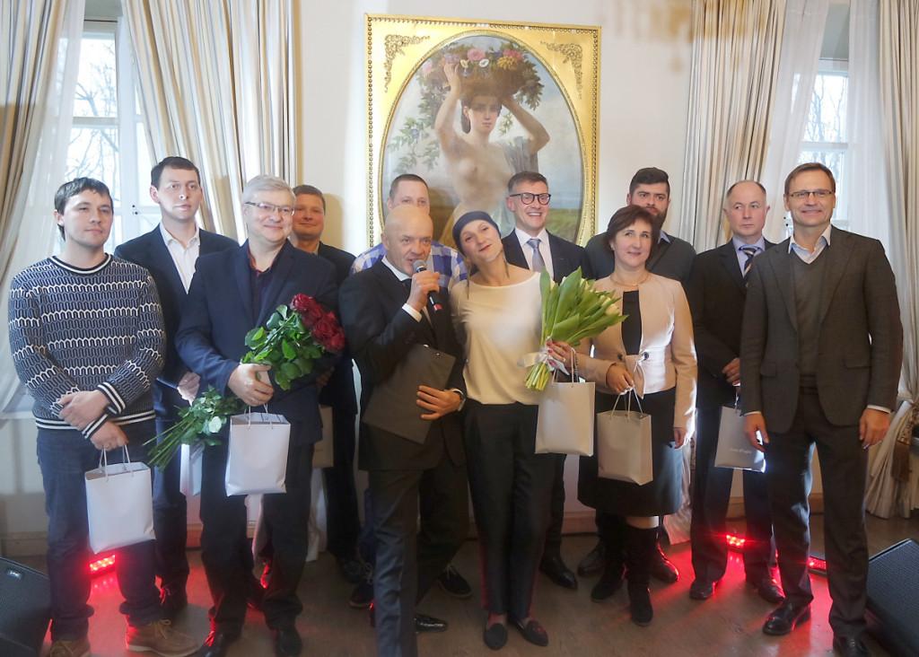 """Gėlių puokštėmis buvo pasveikinti tądien gimtadienį šventę ūkininkas Virgilijus Budrikis ir """"Linas Agro"""" Marijampolės krašto konsultantė Kristina Poderytė."""