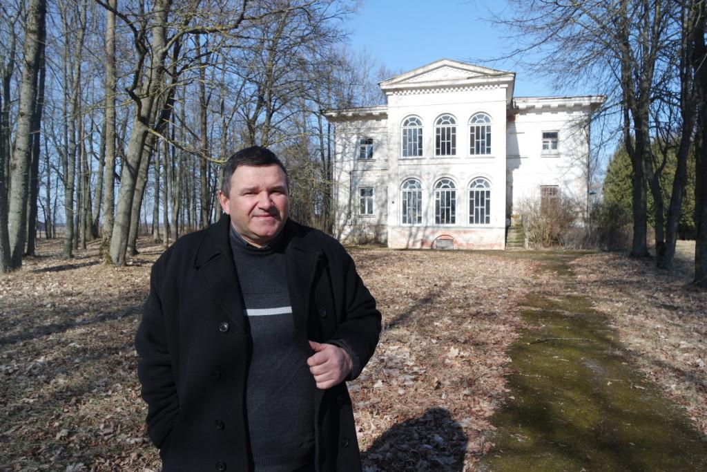 Kultūrinės veiklos vadybininkas Almantas Totoris pasakojo apie Antašavos dvaro rūmų sodybą. V. Tavorienės nuotr.
