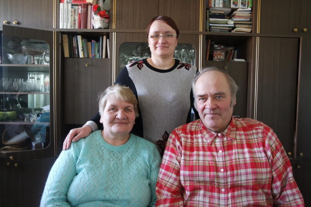 O. ir A.Pauliukai džiaugiasi, kad emigrantės duonos ragavusi jų dukra Vilma grįžo namo. V. Tavorienės nuotr.