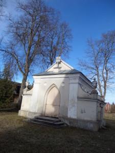Šventoriuje šalai bažnyčios yra Pliaterių kripta, stūksto kryžius tremtiniams. JO autorius-tautodailininkas Jonas Beržinskas. J. Žurauskienės nuotr.