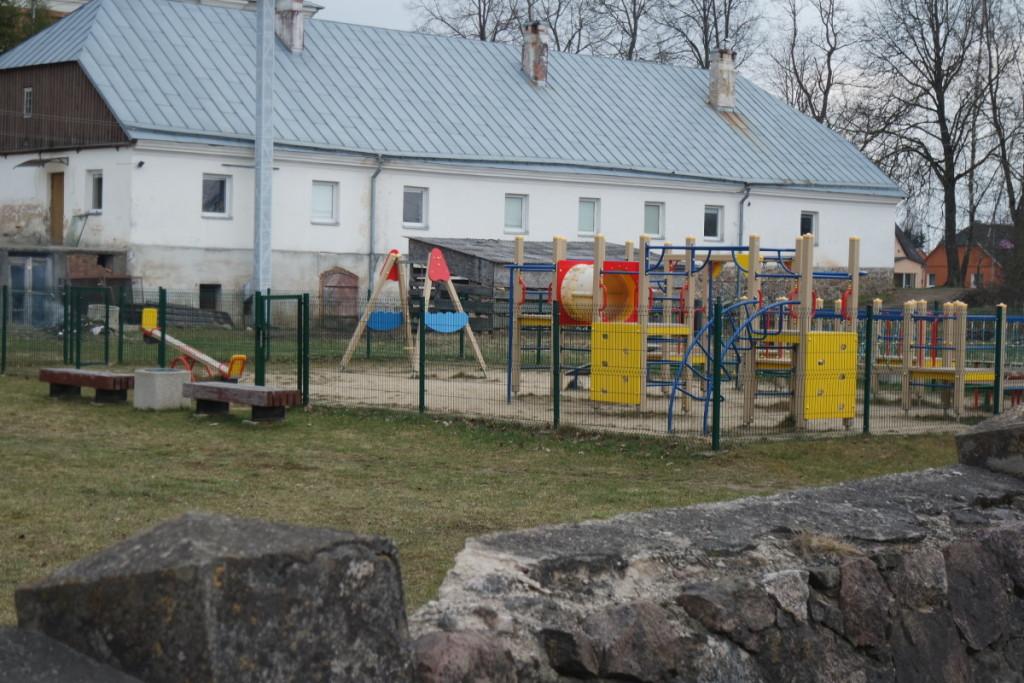 Vaikams įrengta moderni žaidimo aikštelė. V. Tavorienės nuotr.