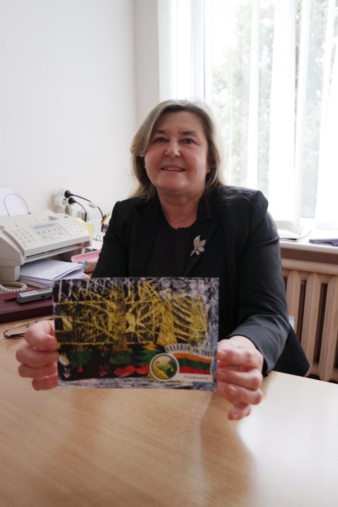 Seniūnė R.Rapkevičienė džiaugėsi gimnazijos auklėtinių tradicija Vasario 16–osios proga miestelio gyventojams dovanoti po savo kūrybos atviruką. V. Tavorienės nuotr.
