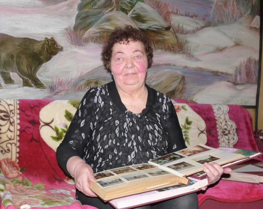 D.Raslavičienė rašo jos pačios įkurto ir prižiūrimo Skausmo kalnelio metraštį, sutinka atvykstančiuosius.  R. Kazakevičienės nuotr.