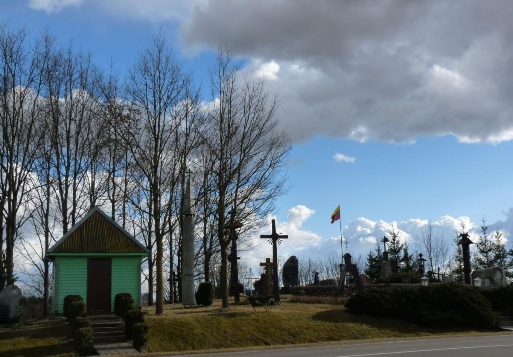 Atgimimo laikotarpiu prie kelio supiltas Skausmo kalnelis traukia ne tik Lietuvos gyventojus, bet ir išeivijos lietuvius.   R. Kazakevičienės nuotr.