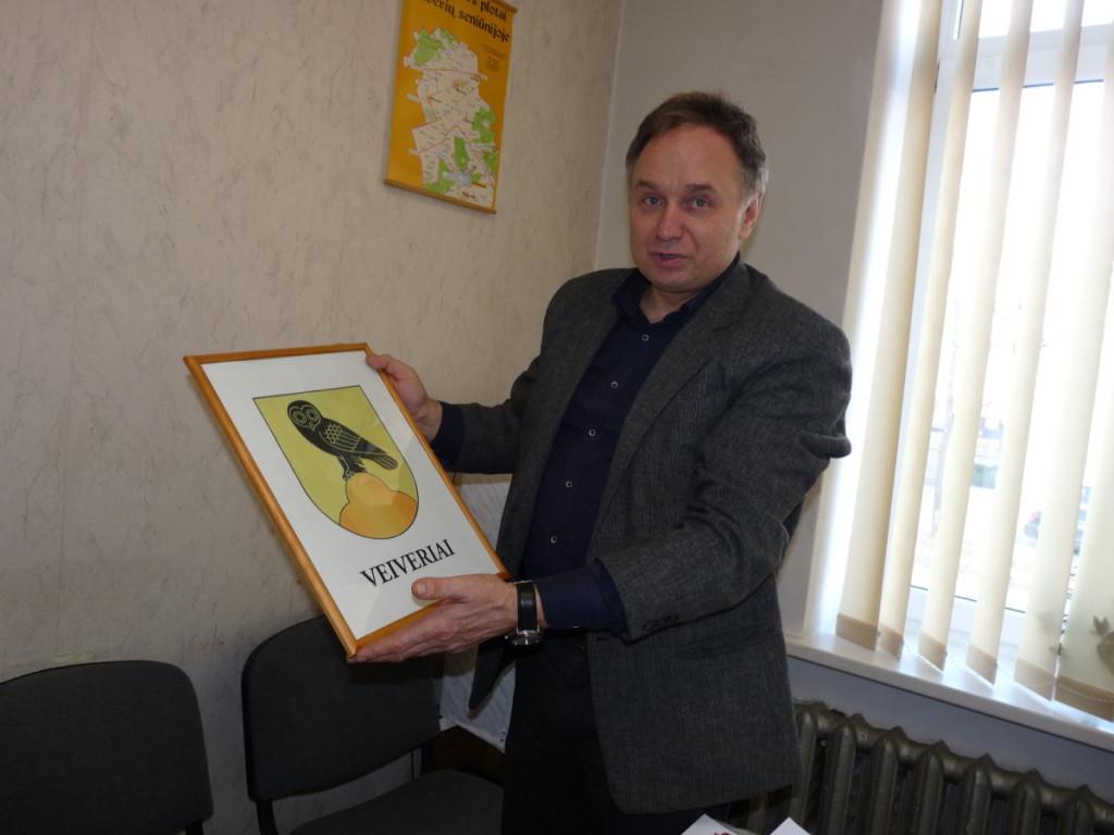 Seniūnas V.Ramanauskas sakė, kad jiems buvo paprasta sukurti herbą, nes Veiverių simbolius (pelėdą ir kalnelį) padiktavo pats gyvenimas.  R. Kazakevičienės nuotr.