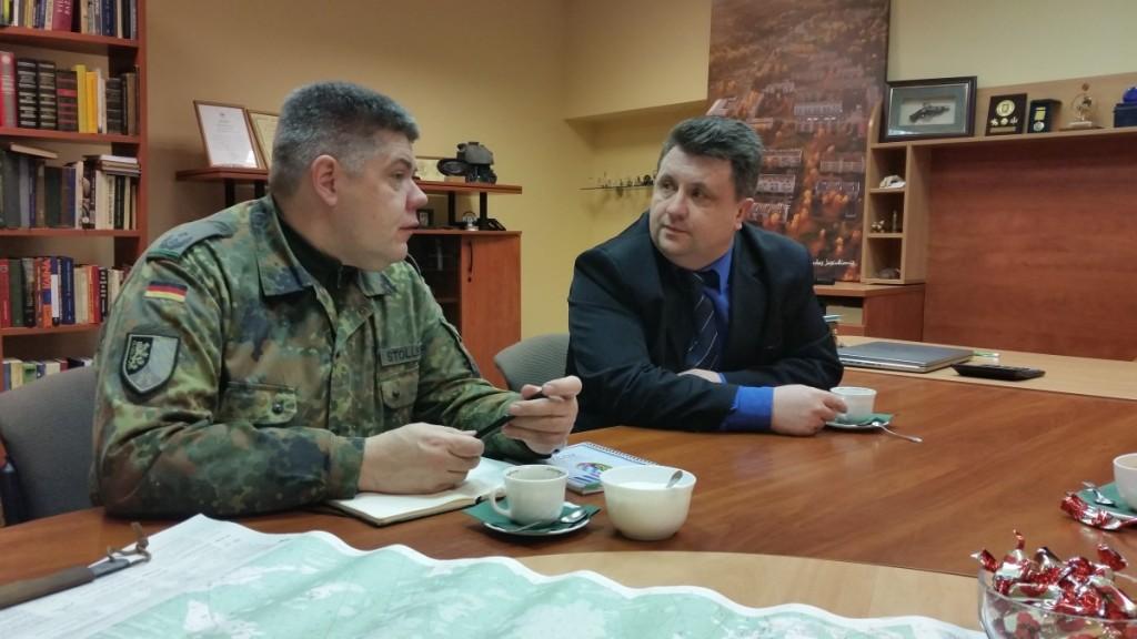 Nato karių bataliono karininkas ryšiams su visuomene Oliveris Stollbergas su seniūnu G.Jasiulioniu aptarė karių, kurie svečiuojasi Lietuvoje, laisvalaikio bei kitas bendradarbiavimo galimybes. J. Žurauskienės , K. Putelio ir G. Jasiulionio nuotraukos