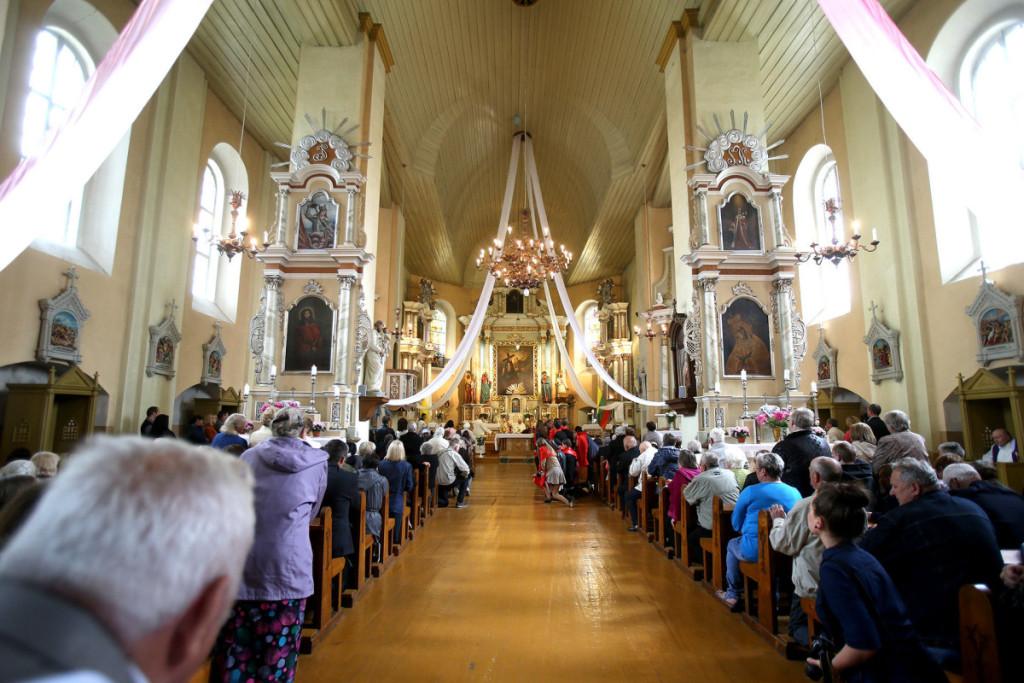 Per Švč. Trejybės atlaidus jaunuoliams teikiamas Sutvirtinimo sakramentas. Algimanto Barzdžiaus nuotr.