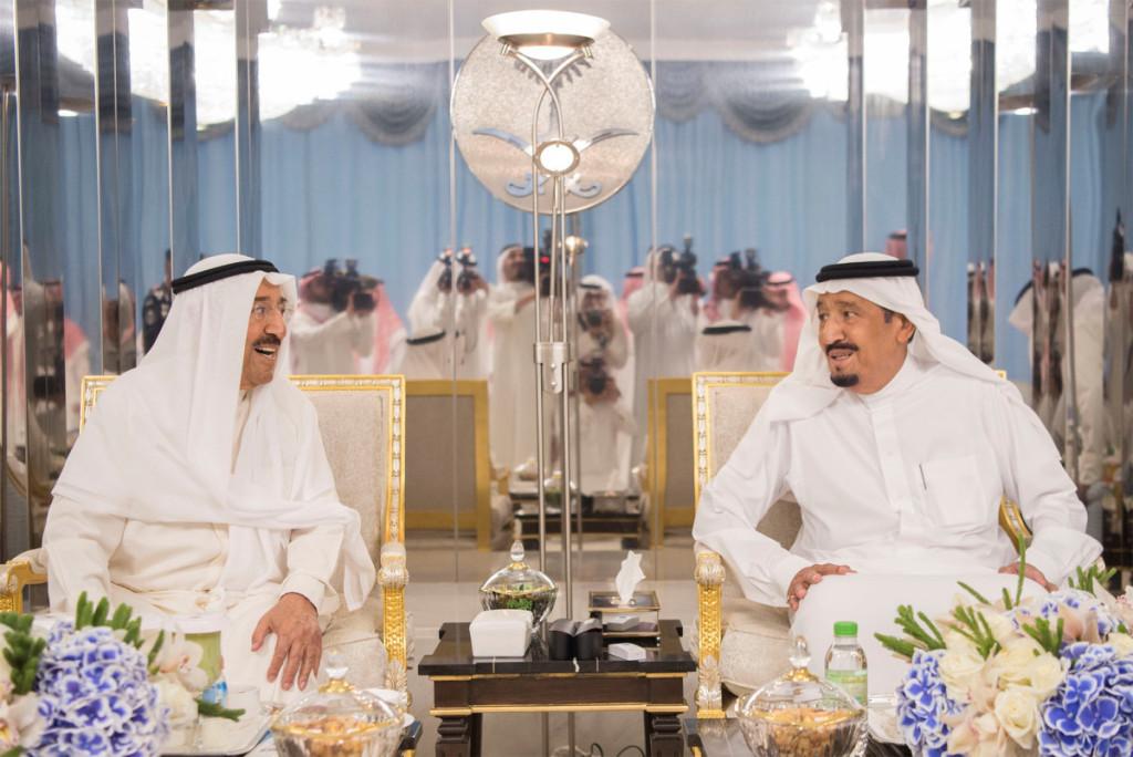 Saudo Arabijos karalius Salmanas bin Abdulazizas Al Saudas (dešinėje) ir Kuveito emyras Al-Ahmadas Al-Jaberas Al-Sabahas ragina taikiai išspresti Kuveito krizę. Scanpix nuotr.