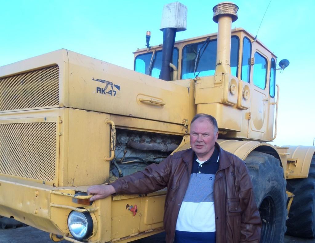 Ekologinio ūkio šeimininkas A.Valaiša sakė, kad ir sena sovietinė, ir moderni užsienietiška technika ūkyje puikiai tarnauja. J. Žurauskienės nuotr.