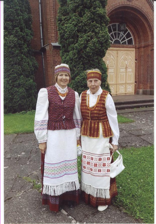 G.Gaidienė ir jos mama Filomena pasipuošė pastarosios austais ir siūtais tautiniais kostiumais. Asmeninio archyvo nuotr.
