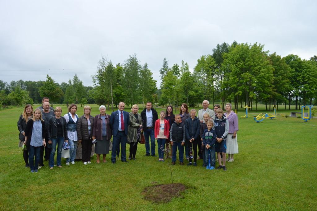 Šėtoje šalia gimnazijos atidarytas bendruomenės parkas. Algimanto Barzdžiaus nuotr.