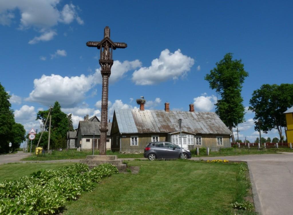 Miestelio centre iškilęs didingas kryžius primena praeitį. R. Kazakevičienės nuotr.