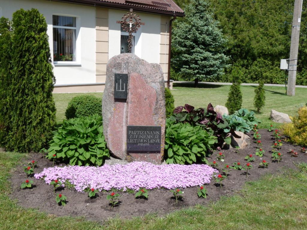 Prie seniūnijos pastato – paminklas partizanams, žuvusiems už Lietuvos laisvę.  R. Kazakevičienės nuotr.