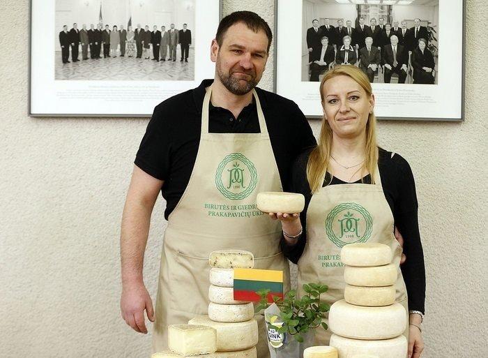 Giedrius ir Birutė Prakapavičiai iš ožkų ir avių pieno gamina įvairius sūrius. Asmeninio archyvo nuotr.
