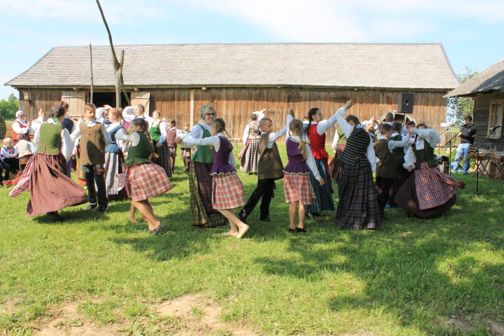 """Šventežerio moksleiviai vaikų ir jaunimo folkloro šventėje ,,Piemenėlių Sekminės"""". Mokyklos nuotr."""