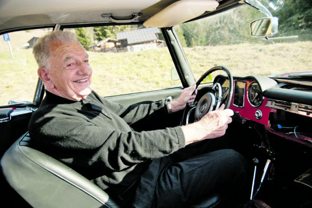 """E.Waxenbergeris po penkiasdešimties metų prie savo """"kūdikio"""" vairo. Scanpix nuotr."""