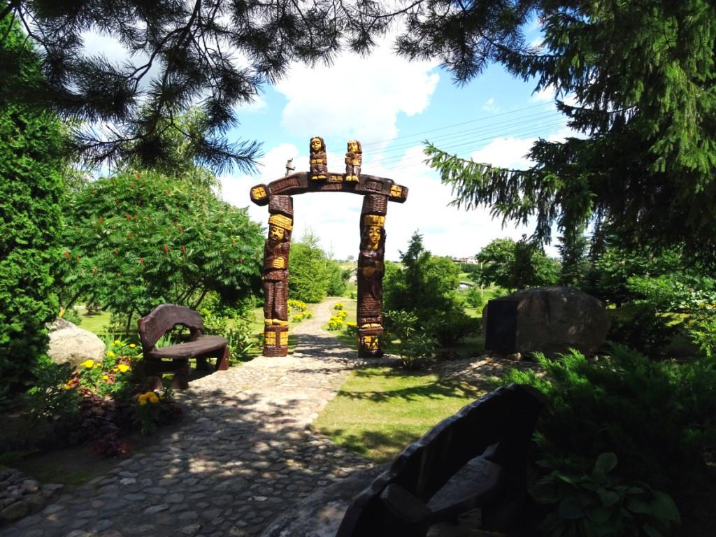 Jubiliejiniai vartai, skirti miestelio 505 metų sukakčiai paminėti, kviečia užeiti į Senjorų parką.Rimos Kazakevičienės nuotr.