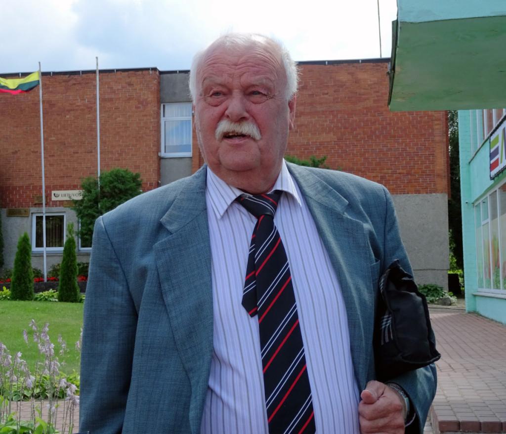 Į klasės susitikimą po 50 metų atvykęs Vidas Akromas sakė neužmirštantis gimtinės.  Rimos Kazakevičienės nuotr.