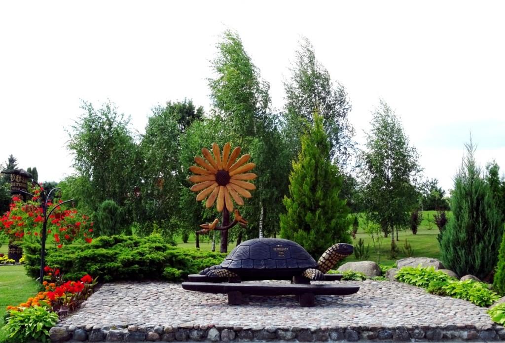 Garbingiausioje parko vietoje įkurdintas miestelio simbolis – balinis vėžlys. Rimos Kazakevičienės nuotr.