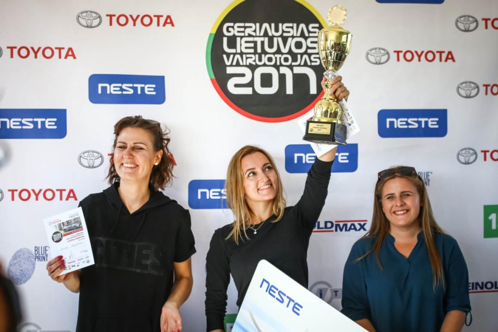 Moterų įskaitoje pergalę šventė vairavimo instruktorė S. Dambrauskaitė, antrą vietą laimėjo G. Kuprienė (kairėje), o trečią - I. Kučinskaitė. Organizatorių nuotr.
