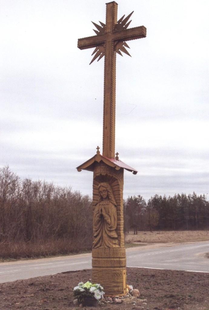 Kryžius, koplytstulpius, koplytėles, stogastulpius meistras gamina iš ąžuolo, liepos.  Asmeninio archyvo nuotr.