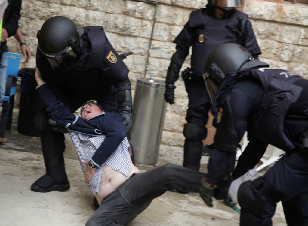 Madrido atsiųstos riaušių policijos pajėgos bandė sutrukdyti katalonams balsuoti dėl nepriklausomybės. Scanpix nuotr.