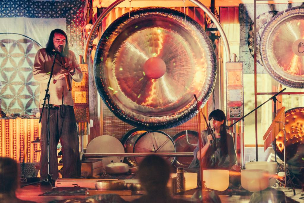 Pasak Alicijos, gongų garsai valo erdvę, miestą, šalį.  Asmeninio archyvo nuotr.
