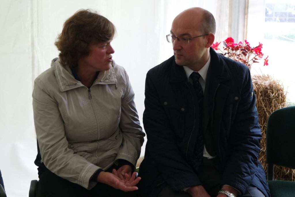 V. Švedienė žemės ūkio viceministrui S. Savickiui aiškina, kaip galima būtų padėti smulkiesiems pieno gamintojams.