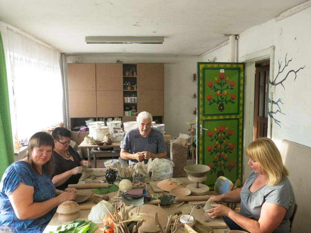 Penktadieniais menų mokykloje susitinka keramikos puoselėtojai.