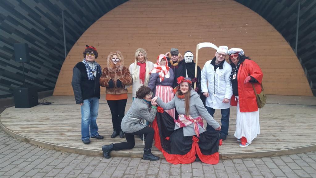 Viekšnių bendruomenė linksmai švenčia tradicines šventes .