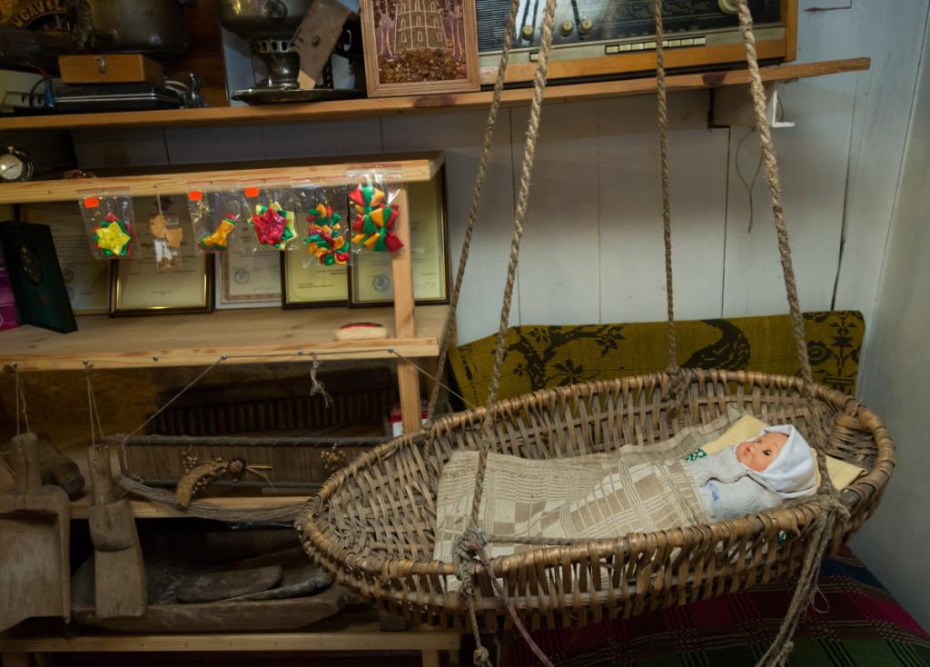 Per mergvakarius jaunamartės susipažįsta su senojo lietuvių kaimo tradicijomis ir papročiais. M. Ambrazo nuotr.