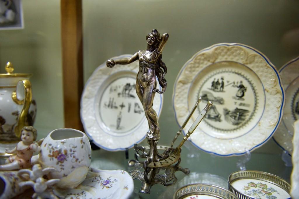 Valdovai ir didikai valgė gražiose salėse, juos supo prabangūs baldai, ant sienų kabojo meno kūriniai, o ant stalo puikavosi porceliano servizai.