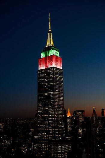 """Žiemos olimpinių žaidinių atidarymo proga Niujorko """"Empire State"""" dangoraižis buvo apšviestas Lietuvos vėliavos spalvomis."""