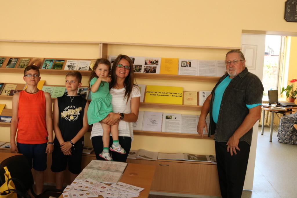 Jono 65-mečio proga į Joniškį sugrįžo dukra Justina su šeima. Iš kairės: anūkai Lukas ir Matas, ant dukros rankų – Urtė. Asmeninio archyvo nuotr.