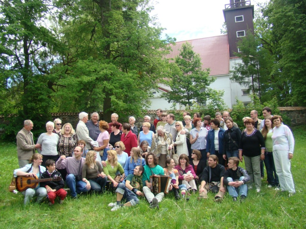 Talkininkai iš Šiaulių krašto prie Tolminkiemio bažnyčios. Asmeninio archyvo nuotr.