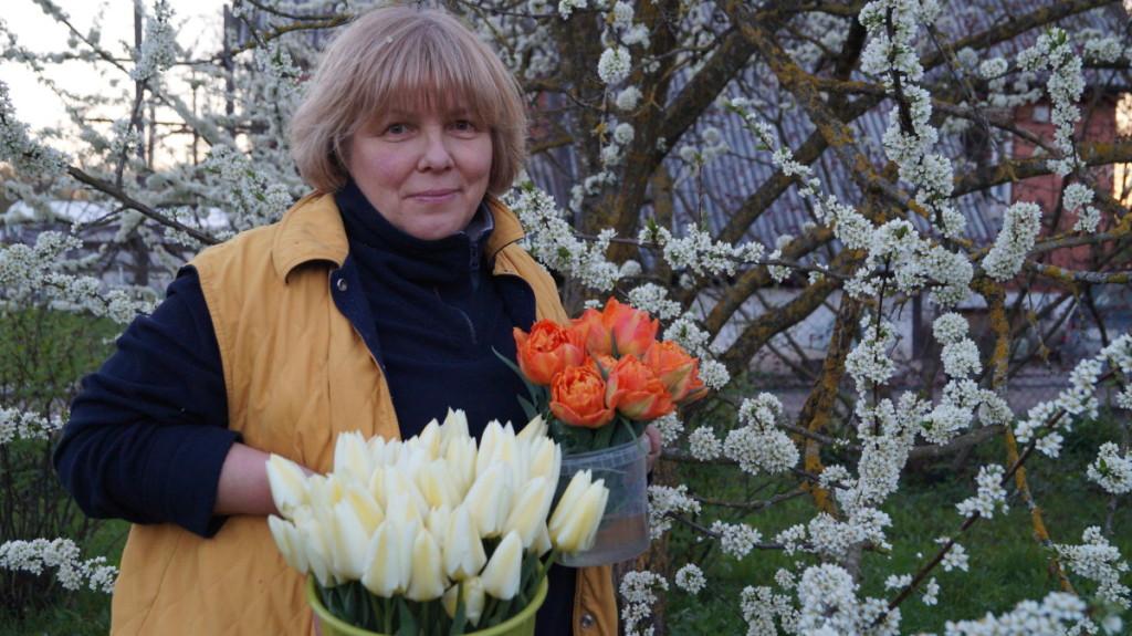 Gražina Vaičaitienė su tulpėmis nesiskiria beveik 30 metų ir vis papildo jų kolekciją.  G. Vaičaitienės asm. archyv. nuotr.