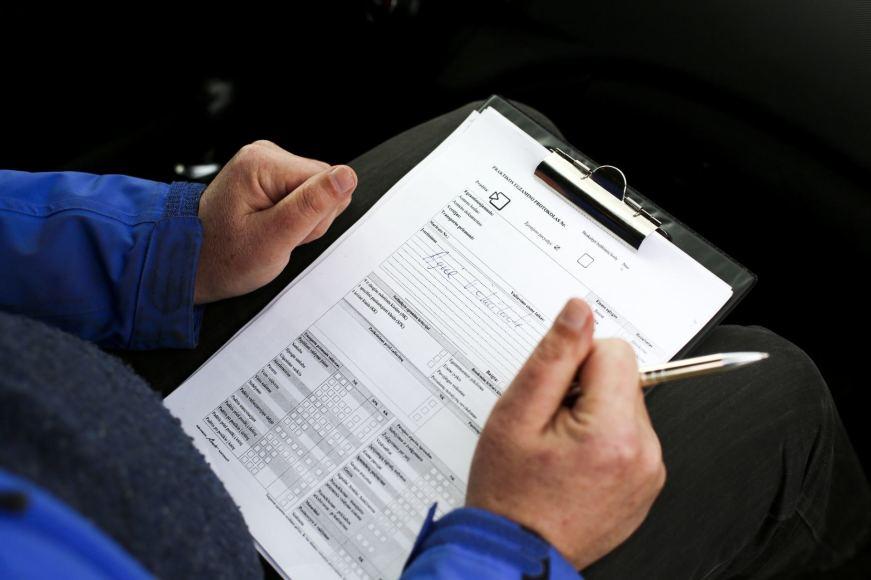 Būsimojo vairuotojo tapatybė tikrinama 5 kartus, be to praktinis vairavimas yra filmuojamas. Regitros nuotr.