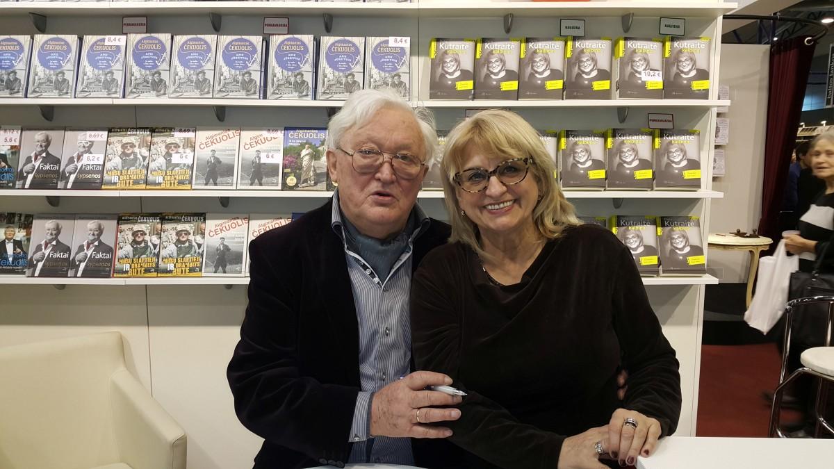 Malonu susitikti knygų mugėje su ne sykį televizijoje kalbintu Algimantu Čekuoliu. Asmeninio archyvo nuotr.
