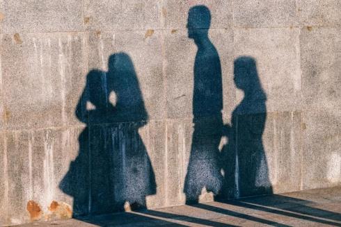 Lygiavertės tėvystės įteisinimas kelia ir įvairius etinius klausimus.