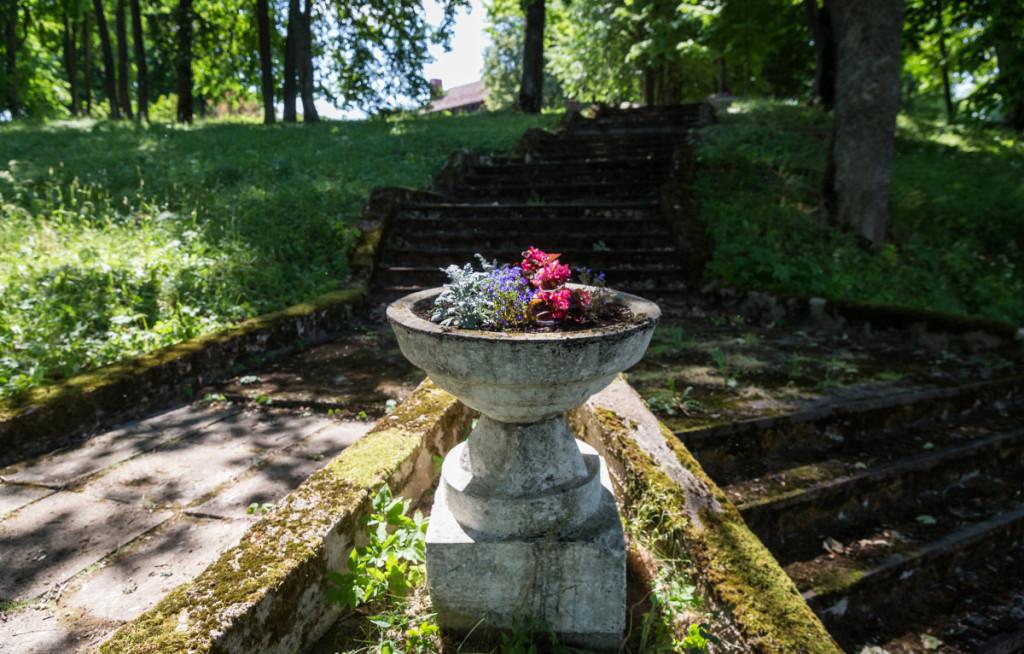 Seniejo Bikuškio takai ir sodas primena senuosiu šeimininkus.  M. Ambrazo nuotr.
