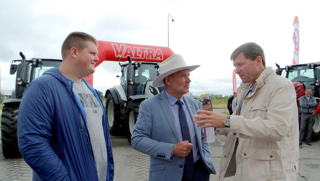 """Ūkininkų E.Medekšos (pirmas iš dešinės) ir Karolio Deksnio komplimentai suomiškiems traktoriams ir """"Valtros"""" diegiamoms inovacijoms pakėlė ūpą """"Rovaltros"""" generaliniui direktoriui R.Trainaičiui (viduryje).  Bendrovės nuotr."""