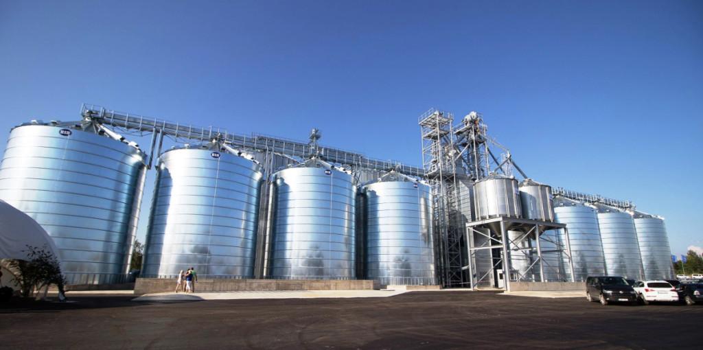 """Vakarų Latvijoje, Gruobinioje, liepos 20-ąją atvėrė vartus naujas modernus 20 tūkst. tonų derliaus talpinantis """"Linas Agro"""" elevatoriaus kompleksas su visa tam reikalinga infrastruktūra. Bendrovės nuotr."""