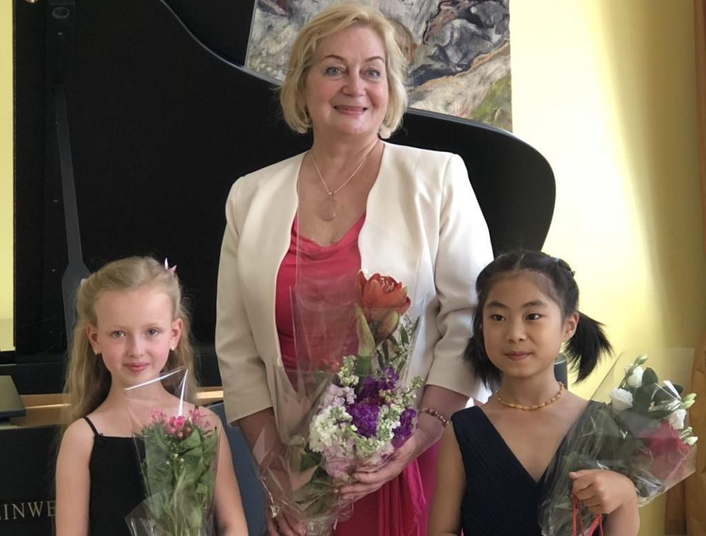 M.K.Čiurlionio menų mokyklos fortepijono mokytoja-ekspertė A.Bendoraitienė su savo moksleivėmis – būsimomis pianistėmis Smilte Užupyte ir Yifan Liu. Asmeninio archyvo nuotr.