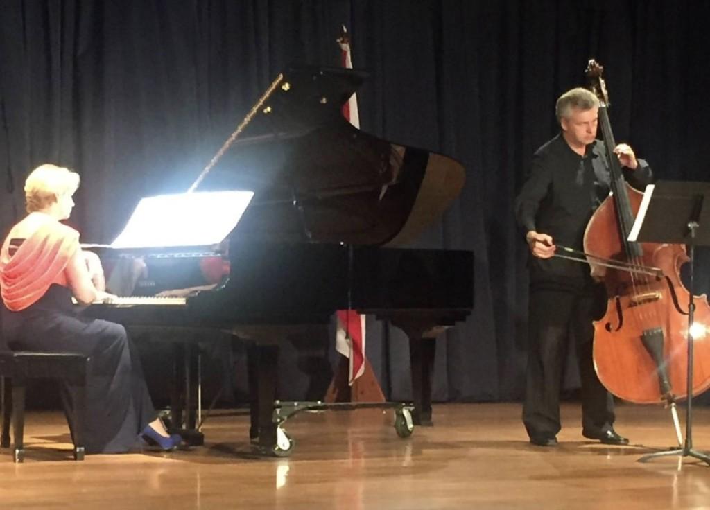 Bendoraičių duetas, prasidėjęs Muzikos akademijoje, tęsiasi. Nuotraukoje – jų pasirodymas Kosta Rikoje. Asmeninio archyvo nuotr.