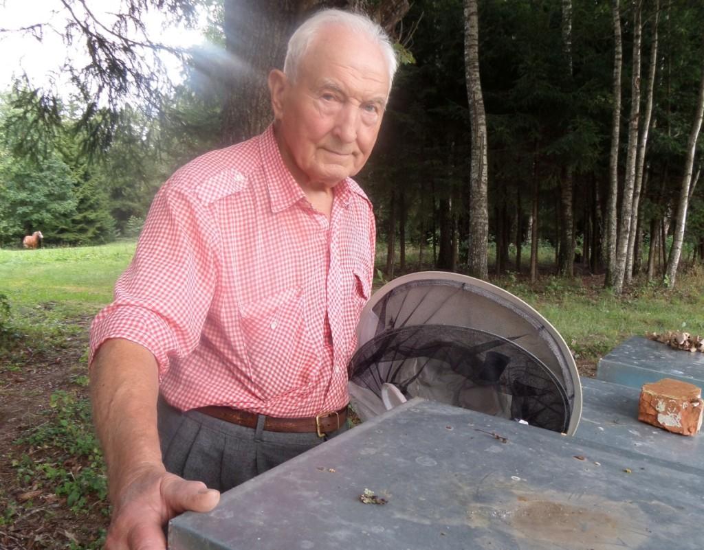 J. Miniauskas sakė, kad gerais metais iš vieno avilio prisukdavo 50 kg medaus.