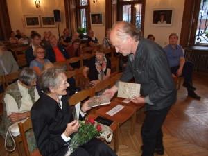 Nauja knyga su autografu - aktorei Gražinai Urbonaitei. Asmeninio archyvo nuotr.