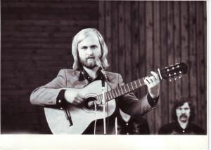 """Atlikėjas  koncertuoja Palangos vasaros estradoje su """"Trimitu"""" 1977 m.  A. Jegelevičius - įvairiapusis menininkas: kompozitorius, atlikėjas, rašytojas. Asmeninio archyvo nuotr."""