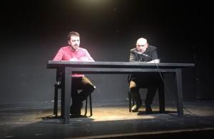 """M.Nastaravičius (kairėje) kalbėjosi su V.Masalskiu apie naująjį spektaklį """"Raudona"""". Asmeninio archyvo nuotr."""