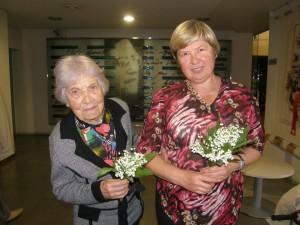 Į susitikimus su skaitytojais rašytoja J.Sučylaitė važiuoja kartu su savo mama, literate Anastazija Kanoverskyte-Sučyliene.