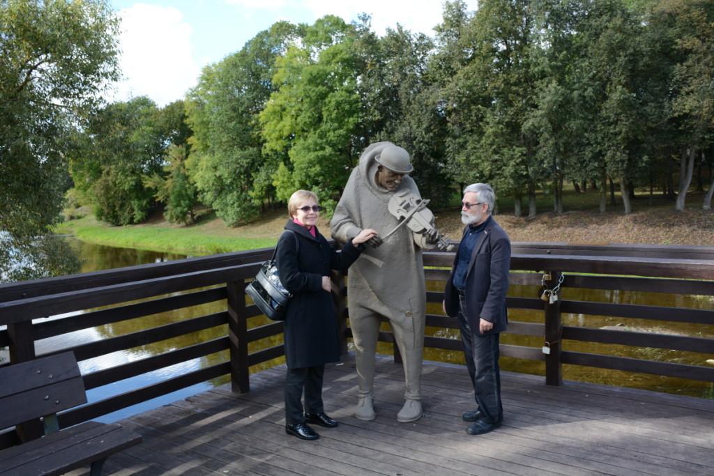 V.Braziūnas su žmona Alma Pasvalyje aplankė tilto smuikininką Antanėlį, kuris prabyla poeto balsu (Rasos Lalaitės nuotrauka).